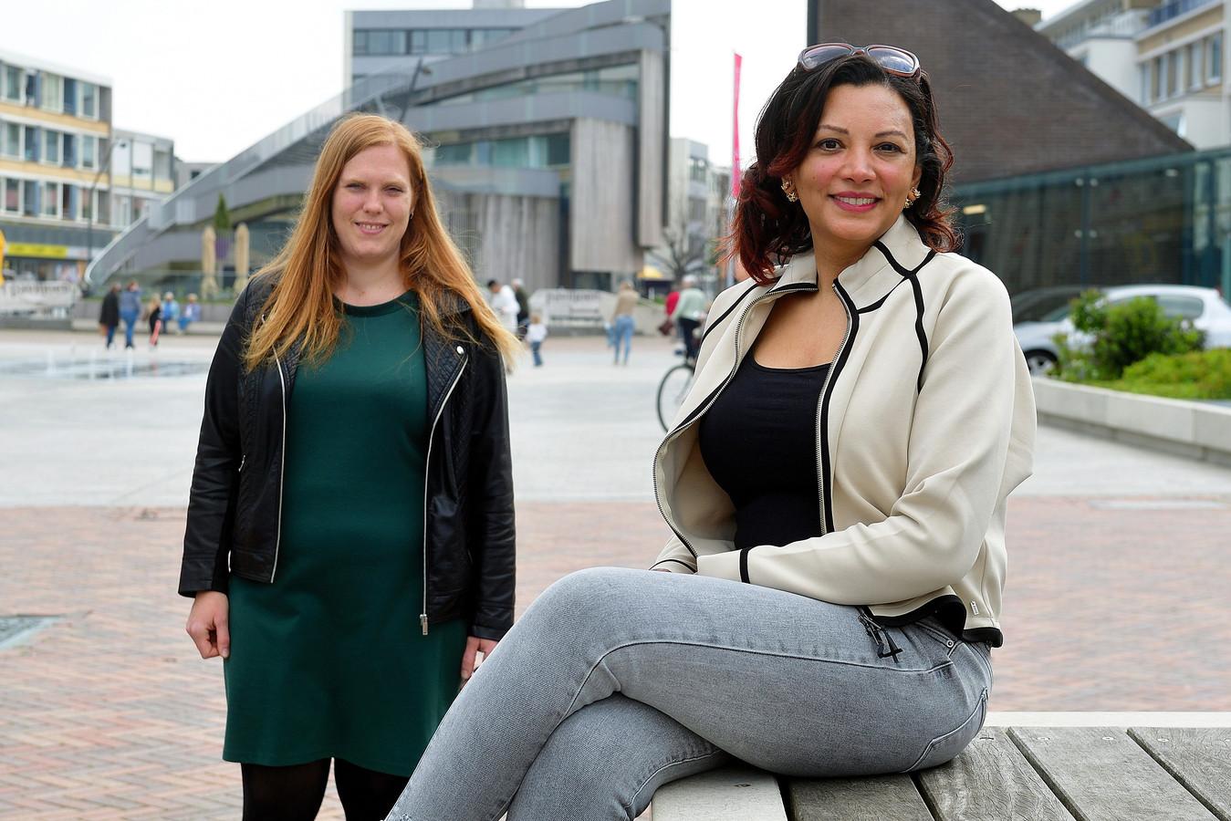 Anouska Vos (rechts) is coördinator bij stichting Buurtgezinnen. Alleenstaande moeder van vier kinderen Karin (links) heeft veel gehad aan de hulp: ,,Fijn dat dat zo kan.''