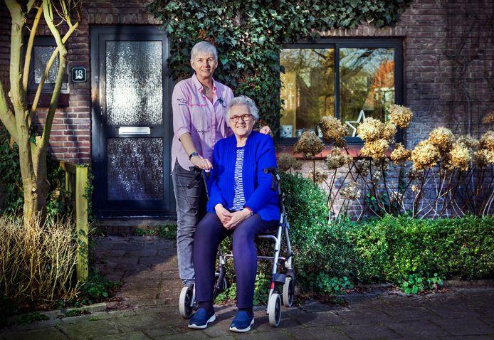 Elly Hermsen (l.) en haar zus Ria voor het huis op Havenplein nr. 18. In dit huis zijn ze opgegroeid.