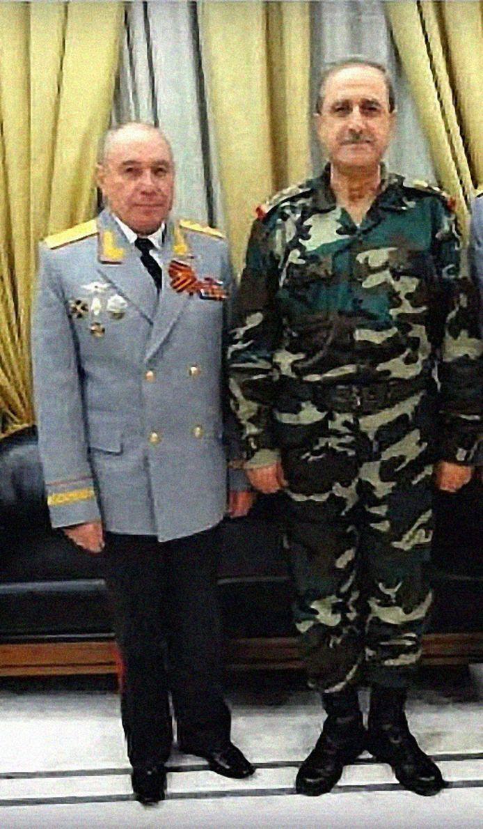 Generaal Nikolaj Tkatsjov (links), hier tijdens een ontmoeting met een Syrische officier.