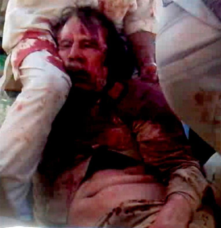 Uitgezonden beelden van een vermeende dode Kaddafi. Beeld REUTERS