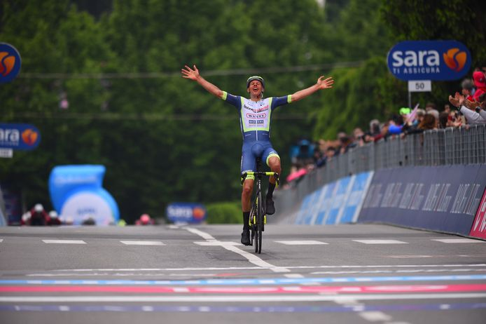 De Limburgse ploegleider Valerio Piva is in de wolken met de winst van Taco van der Hoorn.