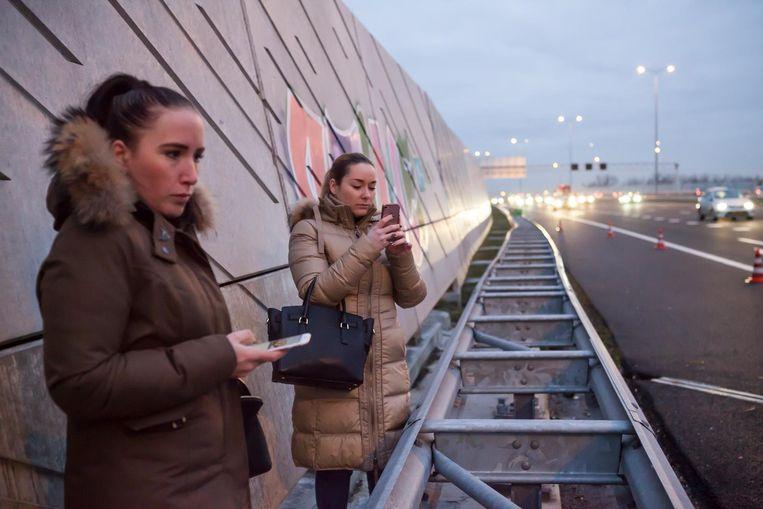 De zussen die onderweg naar hun werk een lekke band kregen Beeld Julie Hrudova