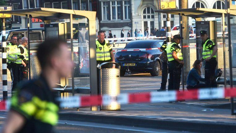 Politie voor het Centraal Station nadat een 45-jarige Amsterdammer begin juni met zijn auto op hoge snelheid over het plein voor Centraal Station reed en daarbij zeven mensen ernstig verwondde Beeld anp
