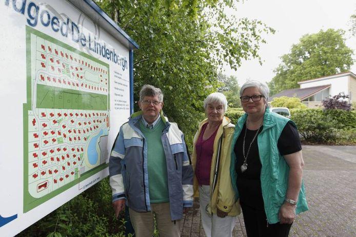Lambert en Willemien Likkel (links) en Foekje Goodsell-Boschma hebben zorgen over arbeidsmigranten op De Lindenbergh.
