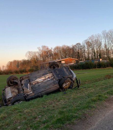 Gewonde door ongeluk in Doetinchem: auto komt op de kop in sloot terecht
