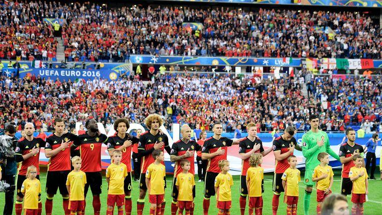 De Rode Duivels voor de aftrap van de match tegen Italië op 13 juni in Lyon op Euro 2016. Beeld photo_news
