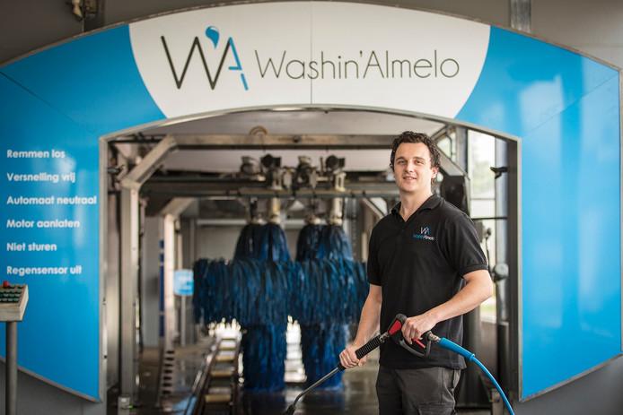 Eigenaar Ruud Alberink staat trots voor zijn net geopende wasstraat