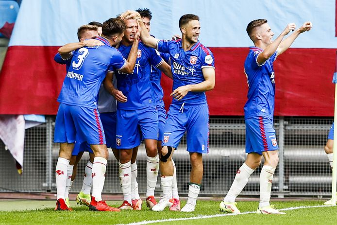 Michel Vlap krijgt na zijn eerste treffer voor FC Twente de felicitaties van zijn ploeggenoten.