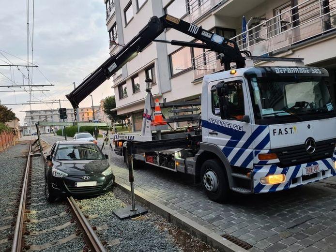 De auto die zich vastreed op de tramsporen werd snel getakeld, zodat het tramverkeer geen hinder zou ondervinden.