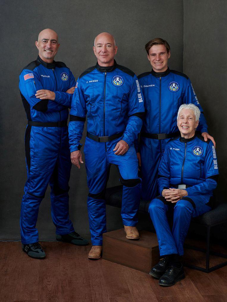 Jeff Bezos (tweede van links) en zijn reisgenoten. Beeld via REUTERS