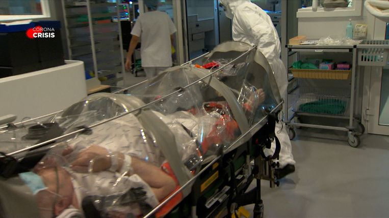 De patiënten worden binnengebracht in een plastic zak waar geen lucht uit kan, en dus ook het virus niet. Beeld VTM Nieuws