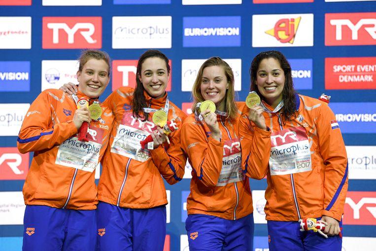 De Nederlandse estafettezwemsters zwommen vrijdag op het EK in Kopenhagen in een wereldrecordtijd naar goud op de 4x50 meter vrije slag. Beeld REUTERS
