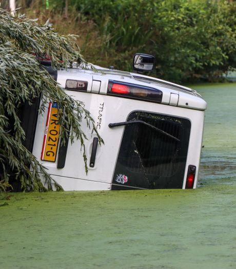 Stomdronken busbestuurder rijdt het water in