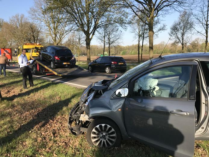 Twee auto's die betrokken waren bij het ongeluk op de N65.