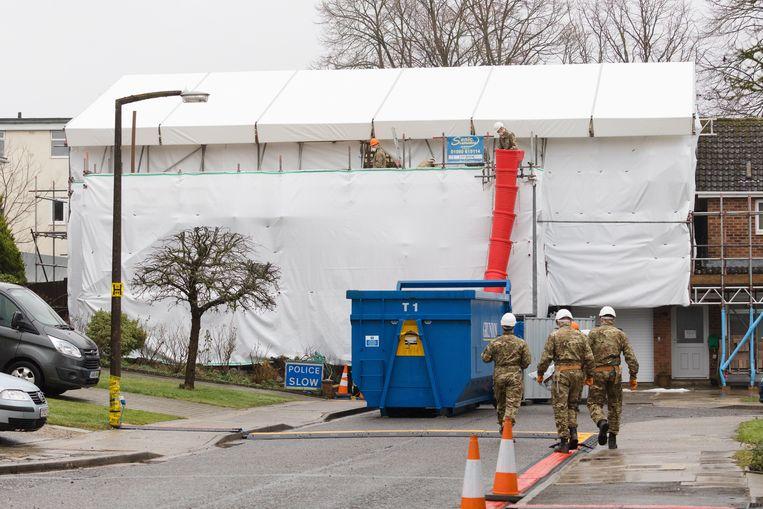 Het Britse leger is bijna een jaar na de aanslag nog steeds bezig met het verwijderen van gifsporen bij het huis van Sergei Skripal in Salisbury, 4 februari 2019.  Beeld EPA