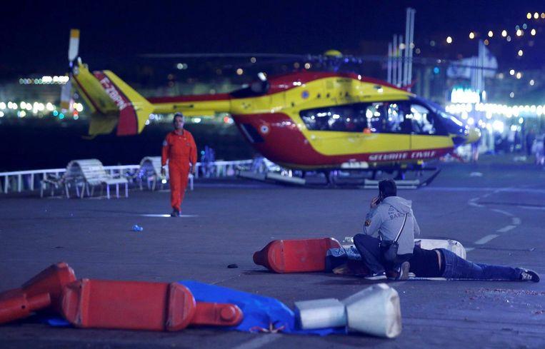 Een traumahelicopter op de Promenade des Anglais. Beeld Reuters