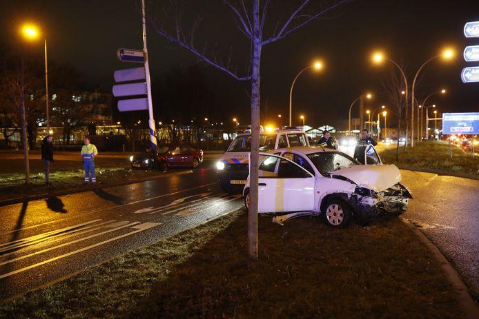 Een van de beschadigde auto's op het kruispunt in Zwolle.