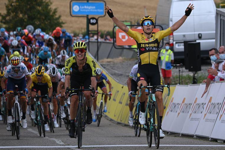 Wout van Aert wint de openingsetappe van de Dauphiné Libéré. 'Op stage trapte hij  al wattages waarmee hij in het voorjaar Milaan-Sanremo, de Ronde van Vlaanderen en Roubaix had kunnen winnen', zegt trainer Marc Lamberts. Beeld AFP