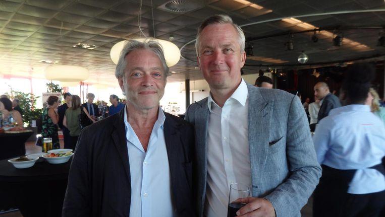 Scheidend wethouder Eric van der Burg (r) met Pierre van Rossum, directeur Grondzaken. 'Zijn afdeling staat symbool voor alle successen die ik heb mogen boeken.' Beeld Schuim