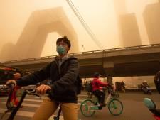 Peking gehuld in 'gele smog' door zandstorm
