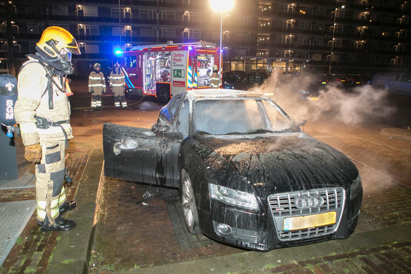 Op het Salvatorplein in Arnhem is een auto verwoest door vuur.