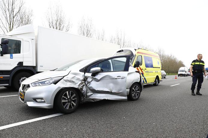 De auto liep flinke schade op door het ongeluk op de A28.