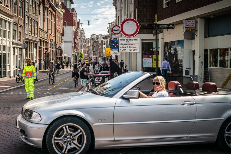 De maatregel om auto's en scooters te weren werd door de gemeente ingesteld om voetgangers tijdens de coronapandemie voldoende afstand te kunnen laten houden. Beeld Joris Van Gennip
