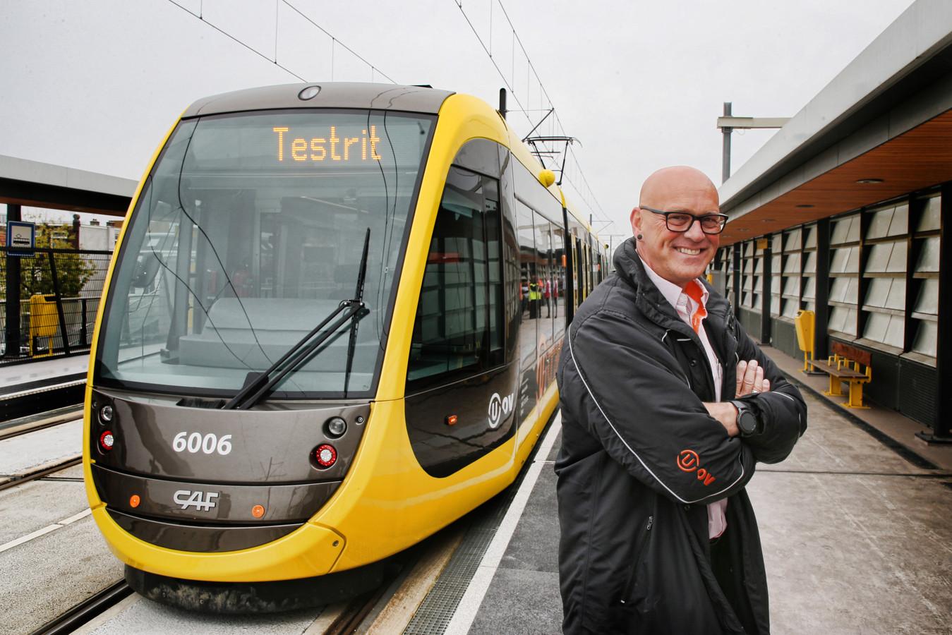Tramchauffeur Sjaak Breedijk hoopt over twee maanden dat hier dan eindelijk passagiers hem op zullen wachten.