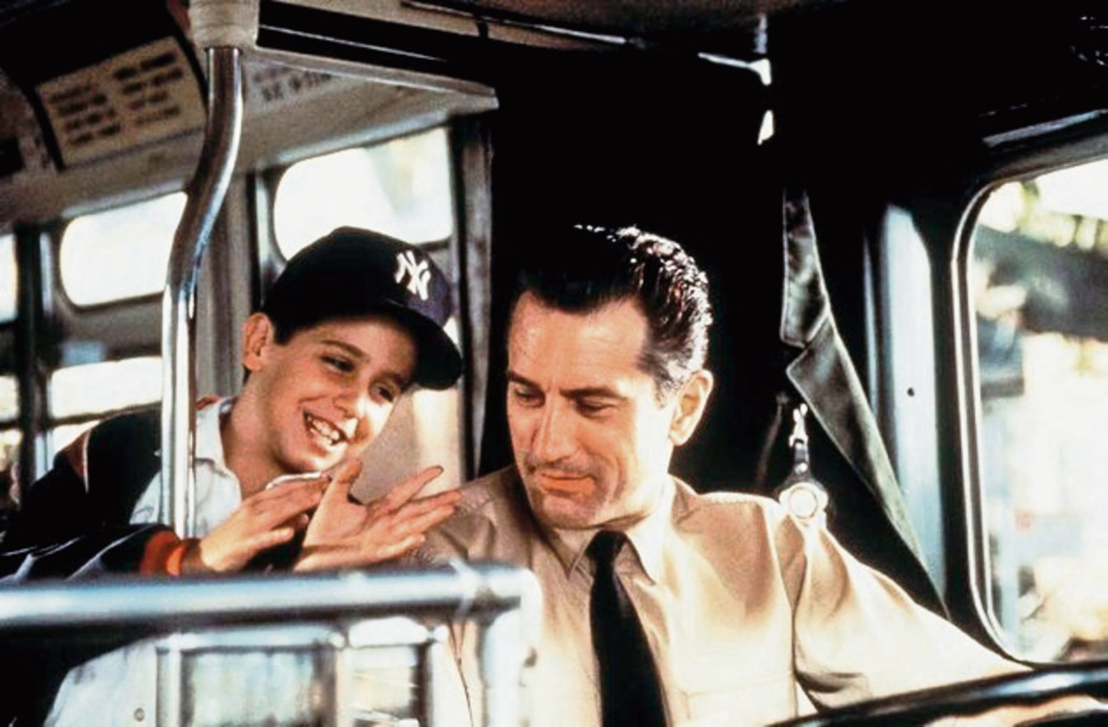 VS-1993  -  Robert De Niro Robert De Niro - driving bus and chatting to Francis Capra in scene from the film 'A Bronx Tale'. (ID: 7426) 1/4 page ©Tribeca (Il était une fois le Bronx) (In den StraÃüen der Bronx) Beeld CANAL+