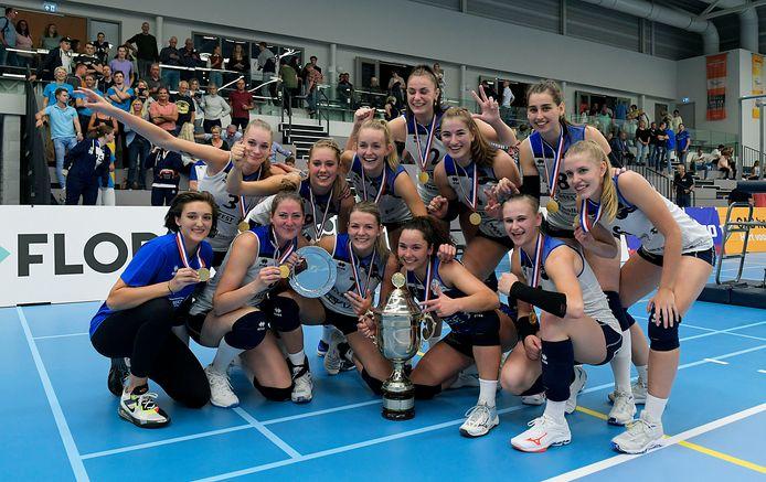 De vrouwen van Sliedrecht Sport tonen blij de zojuist gewonnen Supercup. FOTO RICHARD VAN HOEK