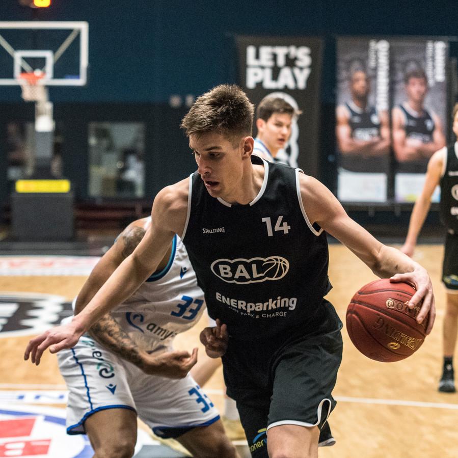 De Hengelose basketballer Stijn Hintzbergen tekende onlangs bij BAL in Weert voor vier jaar bij.