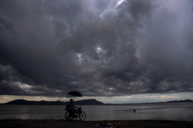 Regenwolken boven de Brahmaputra-rivier in Gauhati, India. Vrijdag, 23 juli 2021. Beeld AP