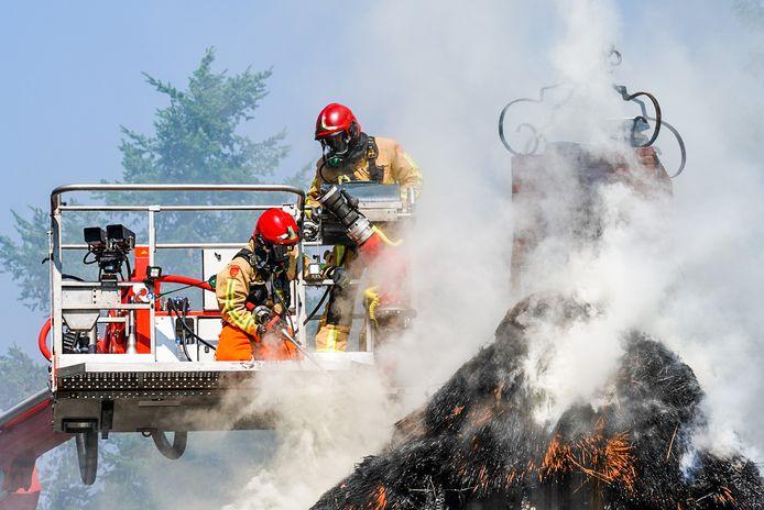 Rieten dak verwoest door brand in Waalre.