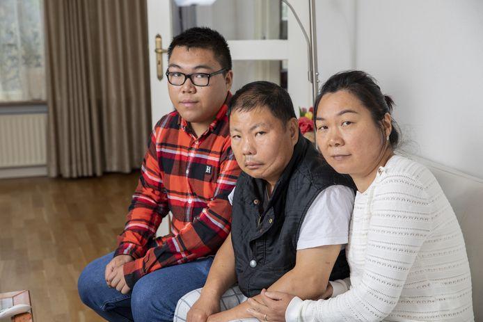 Lin Wang, hier te midden van zoon Darlie en vrouw Hua Lu, hield behalve een gehavend gezicht nog veel meer schade aan de steekpartij over.