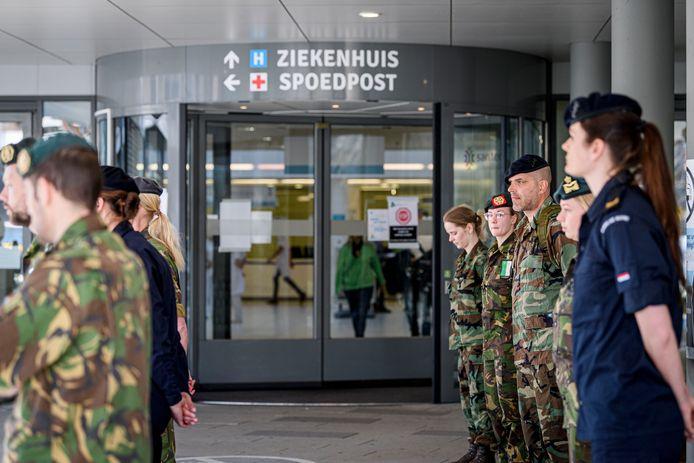 In april traden militairen aan bij het ziekenhuis MST in Enschede om te helpen in de eerste coronagolf. MST zou ze graag weer welkom heten.
