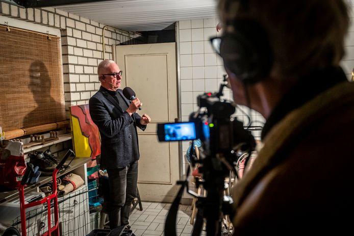 Theaterman Jacques van Gerven in zijn garage in gesprek met zichzelf.
