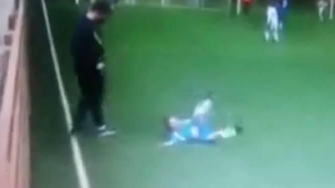 Harde beelden uit jeugdvoetbal: coach schopt spelertje fors onderuit
