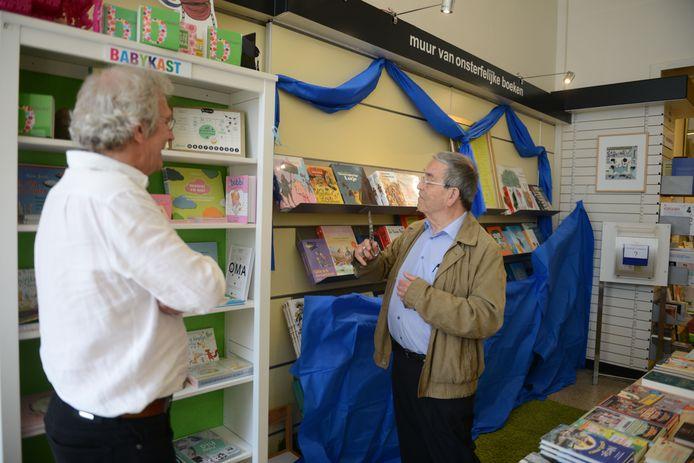 """Onthulling oud-burgemeester Louis Tobback van""""De muur van onsterfelijke boeken"""" in boekhandel De Kleine Johannes."""