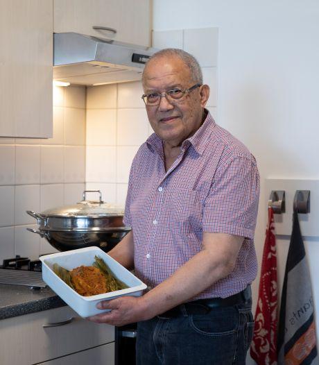 Ruud (78) uit Nieuwdorp blijft koken tot hij niet meer kan: 'Er is veel vraag naar mijn makreel in bananenblad'