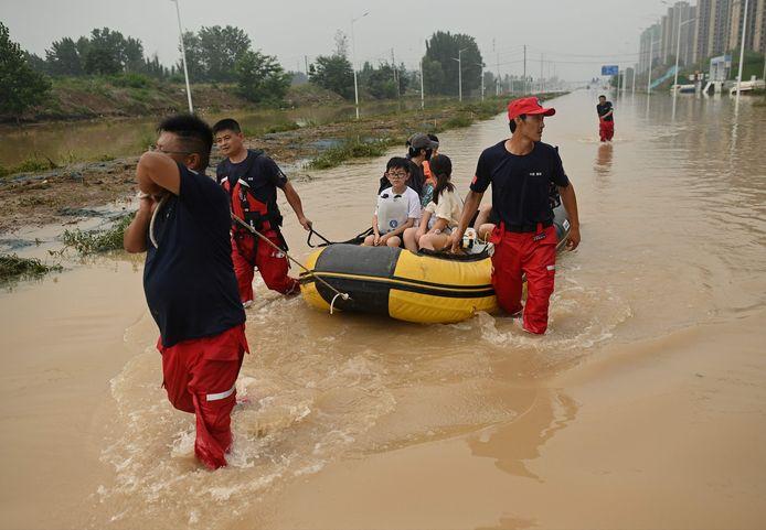 Soccorritori a Zhengzhou, la capitale della provincia cinese.