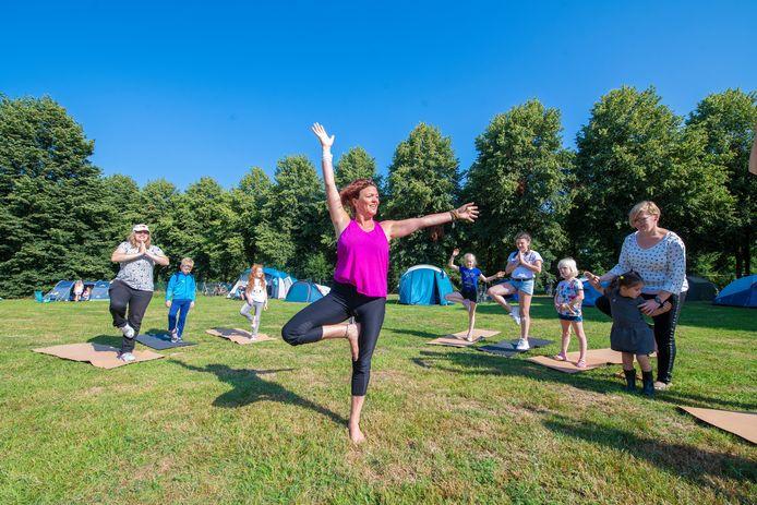 Yoga op de buurtcamping in Apeldoorn. Ook Alphen wil dit jaar een buurtcamping.