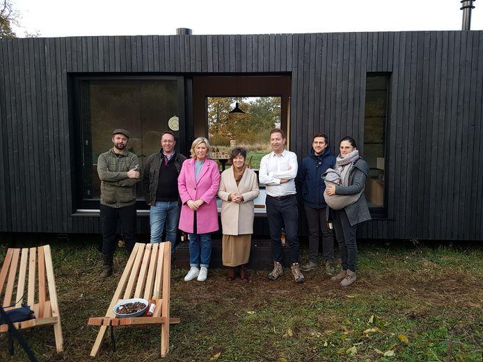 Onder meer burgemeester Tine Gielis (derde van links), gedeputeerde Kathleen Helsen (midden) en zaakvoerder Xavier Leclair (derde van rechts) bij de nieuwe cabine in Veerle-Laakdal.
