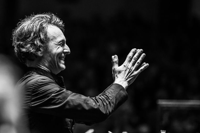 Marc Albrecht dankt de musici van het Nederlands Philharmonisch Orkest na een concert in 2018. Beeld Melle Meivogel
