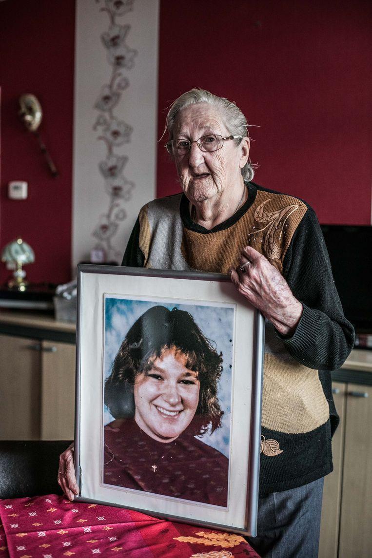 Anita Crul met een portret van haar dochter Sylvie Carlin.'Ik denk elke dag aan haar.'   Beeld Bas Bogaerts