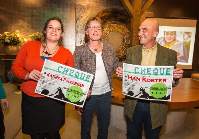 In 2015 was het dubbel prijs. Cabaretière Katinka Polderman (links) en beeldend kunstenaar Han Koster (rechts) kregen allebei de Zeeland Refinery Cultuurprijs Borsele. De toenmalige wethouder Conny Miermans reikte de prijzen uit.