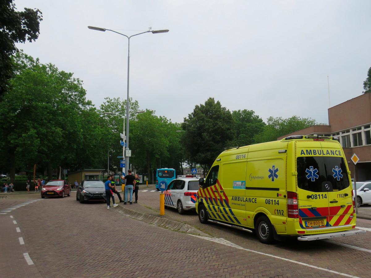 De rijbaan wordt vrijgehouden tijdens de hulpverlening aan de gewonde fietser op  het Burgemeester Hasselmanplein in Tiel.