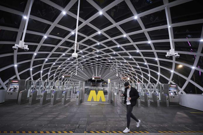 Een vrijwel leeg metrostation bij Centraal Station in Den Haag.