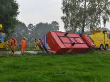 Oeps, foutje! Wagen van de brandweer belandt in greppel bij Emst