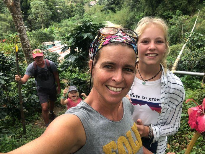 Het gezin in het binnenland van Colombia.