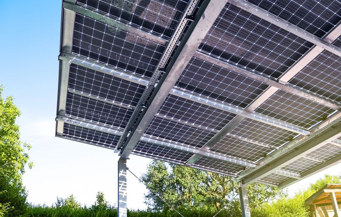 Semi-transparante zonnepanelen ziet u steeds vaker opduiken als multifunctioneel glasdak bij veranda's, serres en carports.